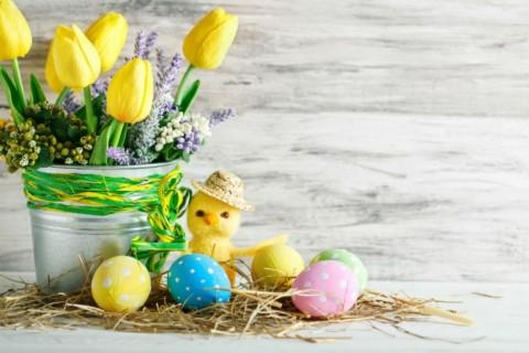 Uskršnja dekoracija stola – cvetni aranžmani