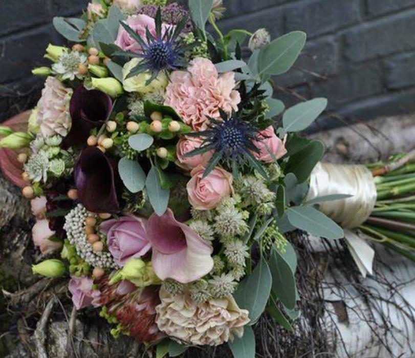 Bidermajer ruže, kale i ružičasti karanfili