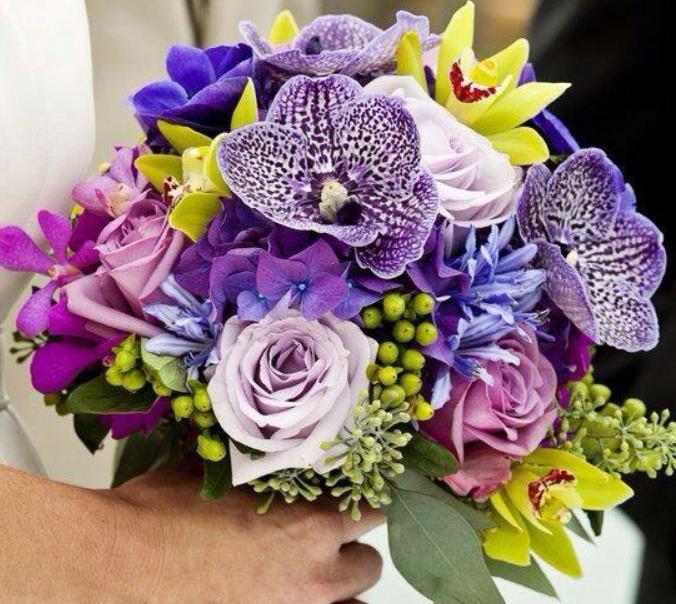 Bidermajer sa ružama, hortenzijama i orhidejom vandom