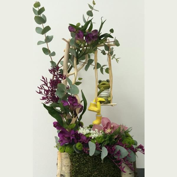 Cvetni aranžman ljuljaška sa žabicom, lila alstromerijama i orhidejama