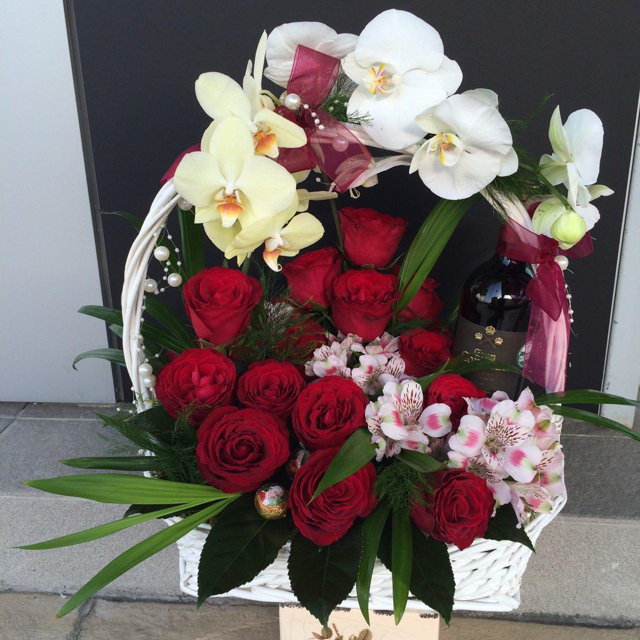 Cvetni aranžman ruže, orhideje i piće