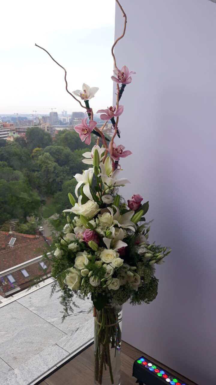 Cvetni aranzman sa ljiljanima i orhiejama