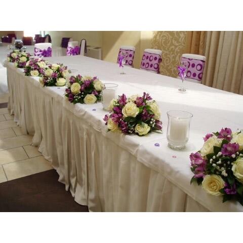 Cvetni aranžman za sto bele ruže i alstoromerije