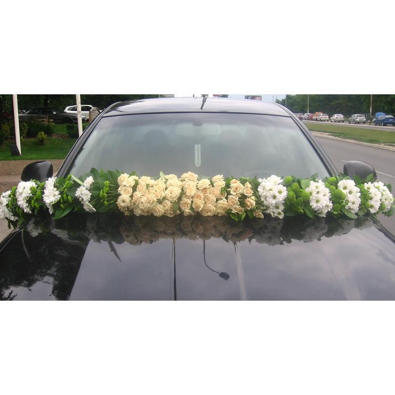 Venčić za auto sa belim hrizantemama i mini ružama