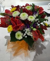Cvetni aranžman sa šarenim cvećem