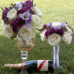 Bidermajer bele ruže, frezije i ljubičaste alstromerije
