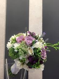 Bidermajer sa frezijama i ružama