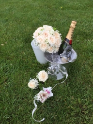 Bidermajer ruže i cvet za rever