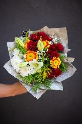 Buket sa šarenim cvećem