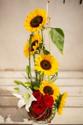 Buket suncokreti i crvene ruže i ljiljan