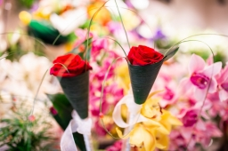 Crvena ruža sa dekoracijom