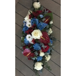 Cvetni aranžman anturijum i plave ruže