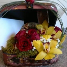 Cvetni aranžman crvene ruže i orhideje u koferu