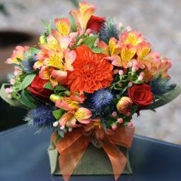 Cvetni aranžman sa alstromerijama i ružama