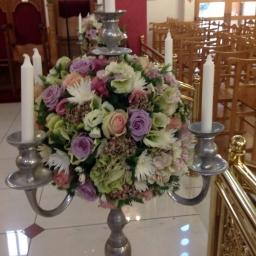 Cvetni aranžman za sto u svećnjaku