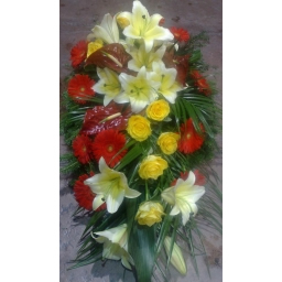 Suza sa gerberima, ružama, anturijumom i ljiljanima