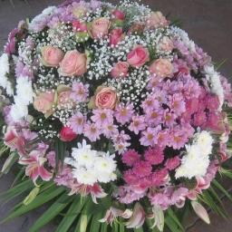 Venac hrizanteme, ruže i orjentalni ljiljan