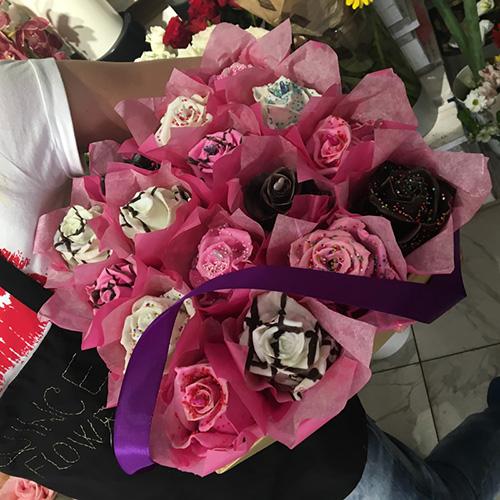 Originalan poklon za devojku u obliku buketa ruža od kolača