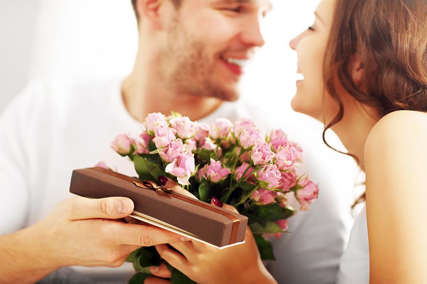 Uručivanje rođendanskog buketa cveća i poklona ženi