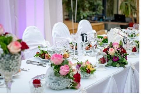 Dekoracija prostora za svadbu: cvetni aranžmani od ruža