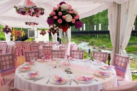Cvetna dekoracija mladenačkog stola