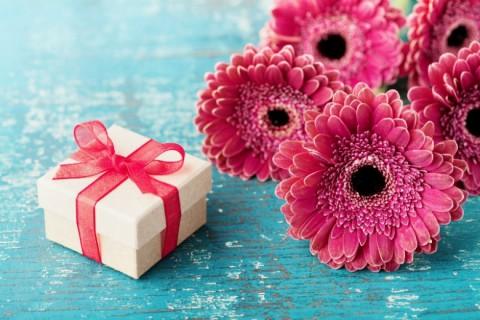 Poklon za Dan zaljubljenih devojci - cveće kao impertiv