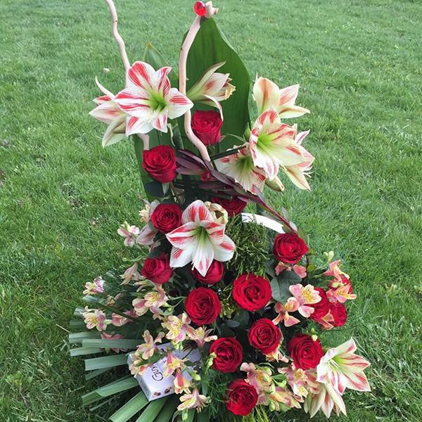 Cvetni aranžman sa amarilisom, crvenim ružama i alstromerijama