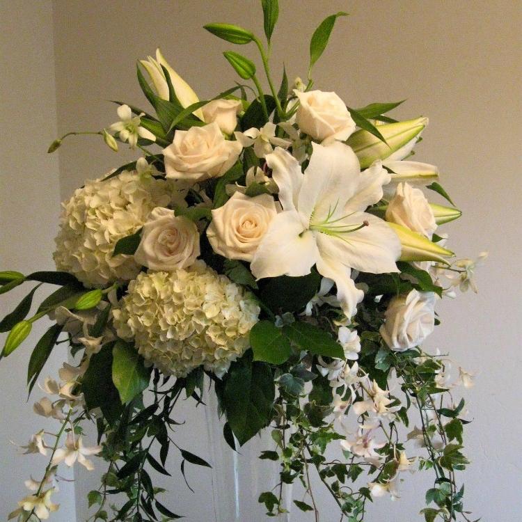 Cvetni aranžman za sto bele hortenzije, bele ruže i beli orjentalni ljiljan