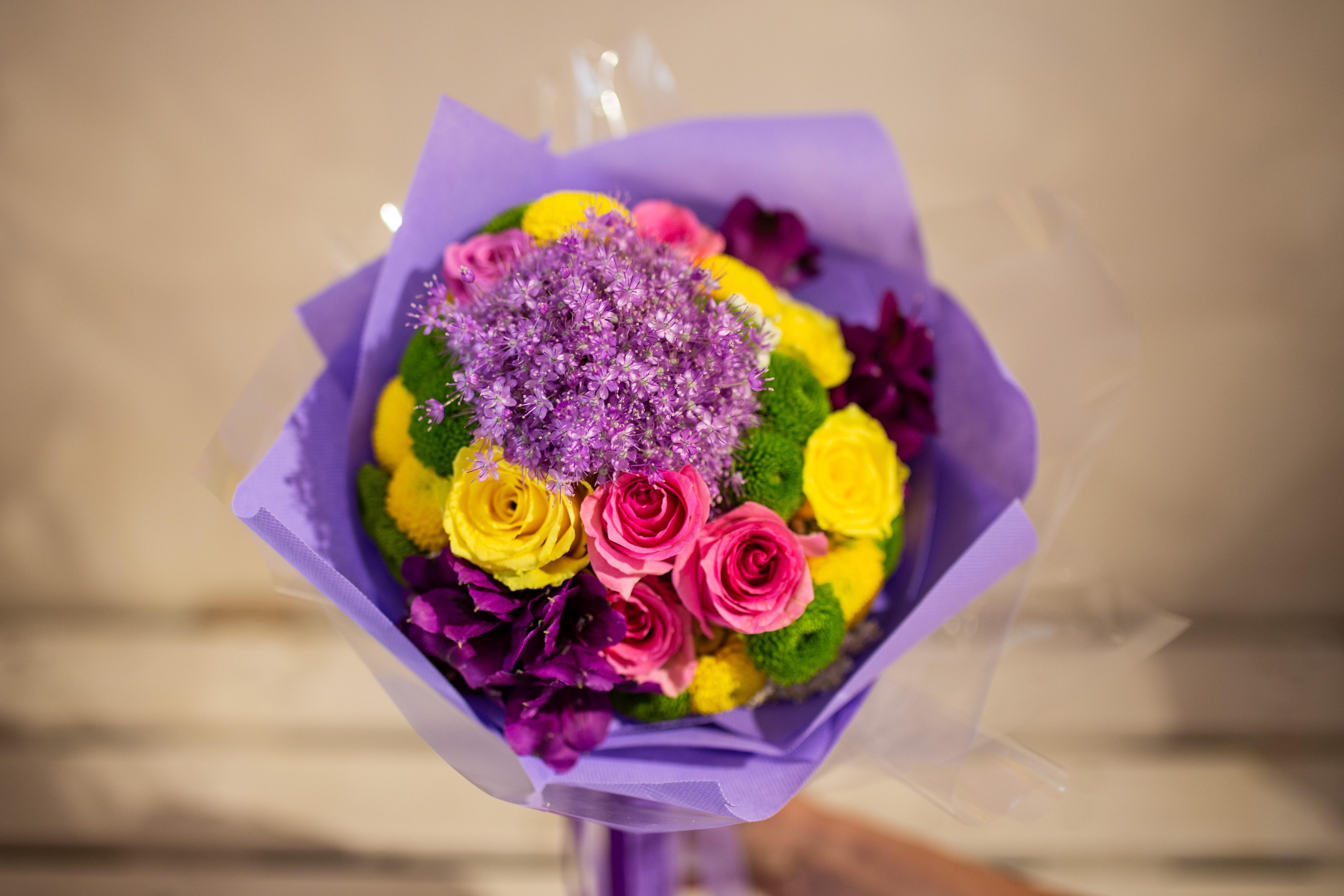 Buket alium, ruže i hrizanteme