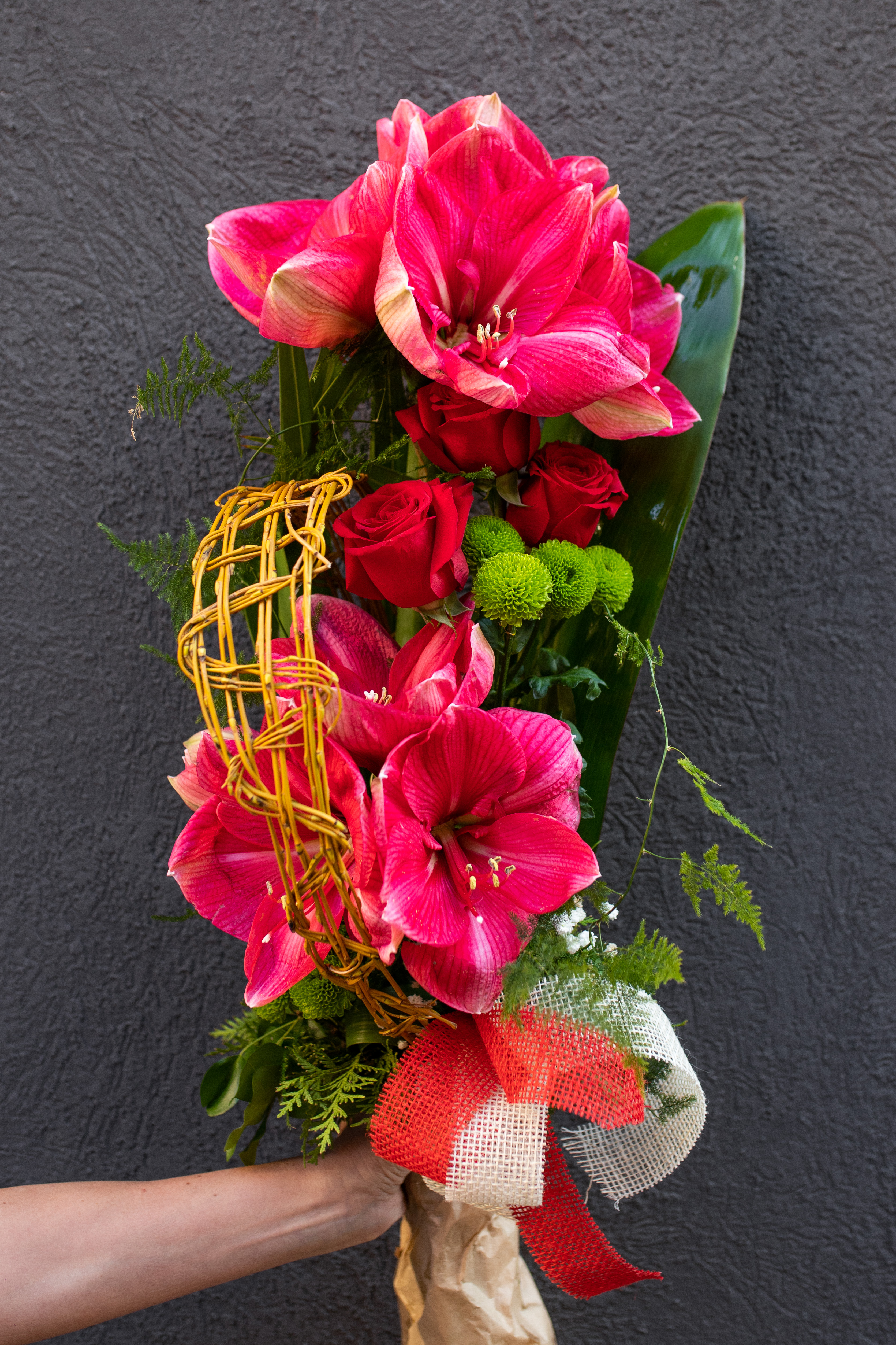 Buket amarilis i crvene ruže