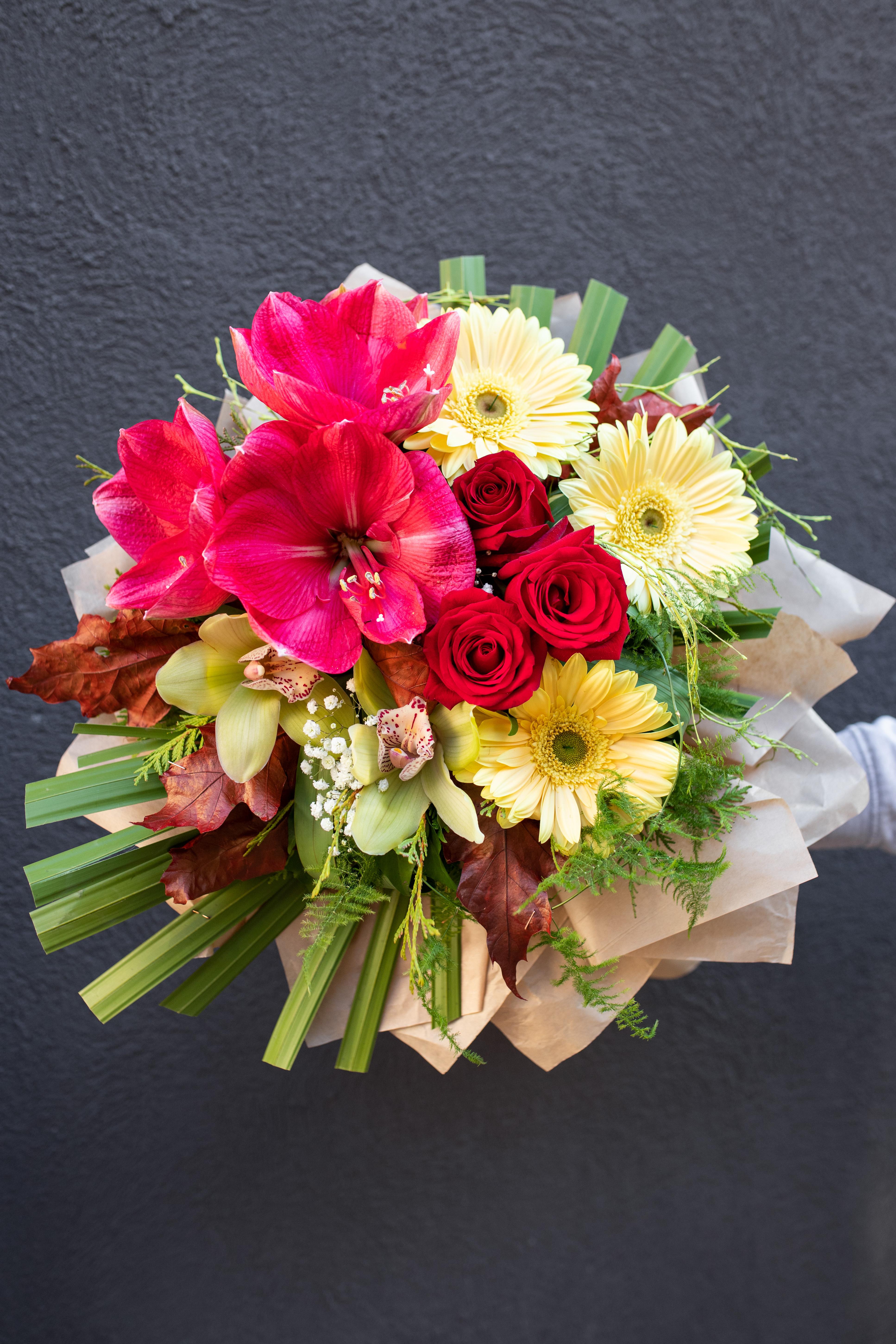 Buket amarilis oirhideje i crvene ruže