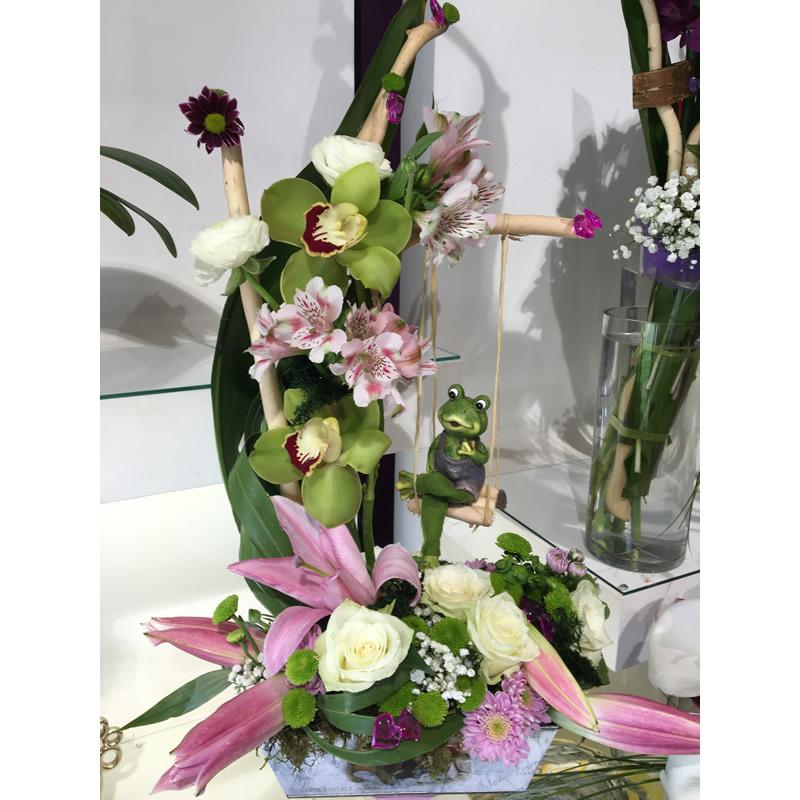 Cvetni aranžman sa žabicom