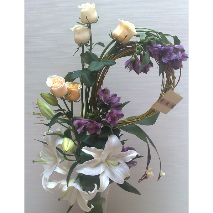 Cvetni aranžman beli orjental, alstromerija i ruže