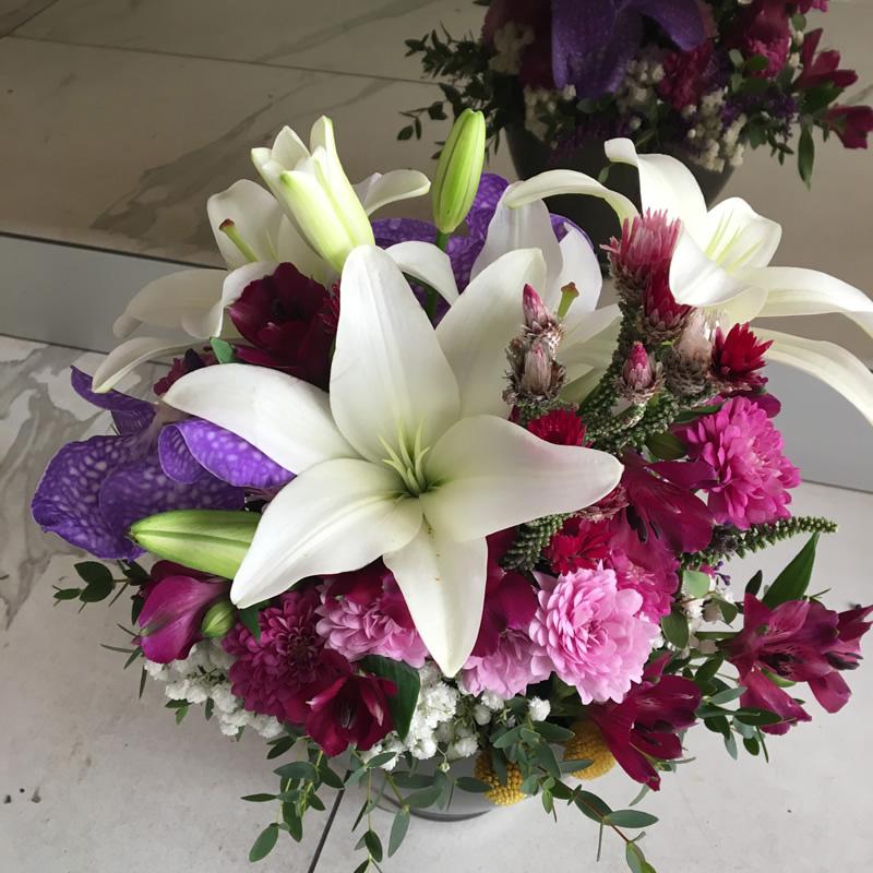 Cvetni aranžman ljiljani, hrizanteme, alstromerije