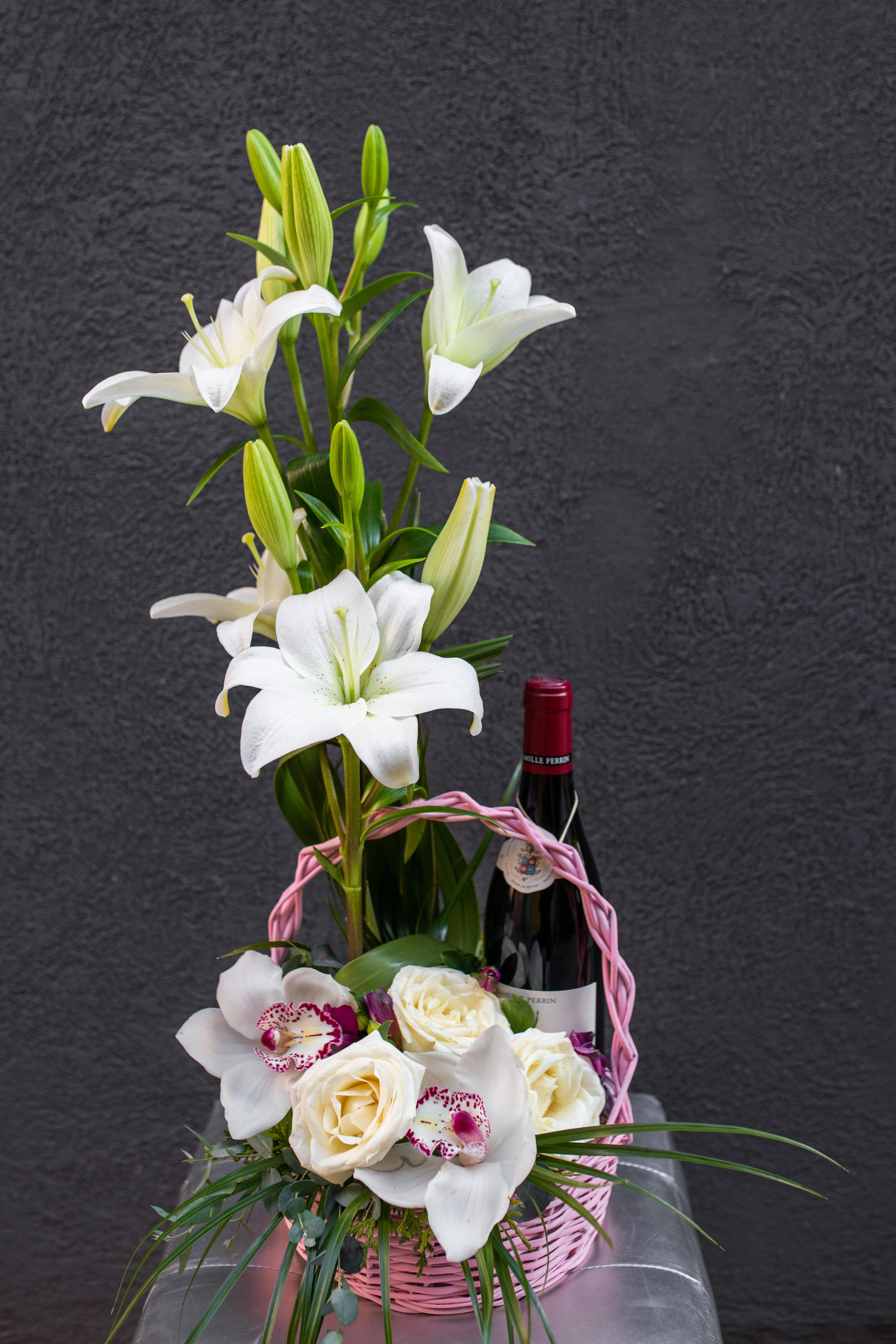 Cvetni aranžman ljiljani ruže i orhideje