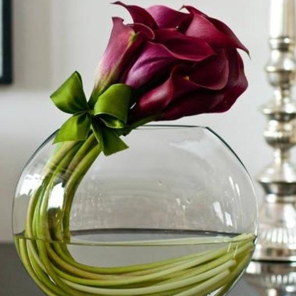 Cvetni aranžman ljubičaste kale u staklu
