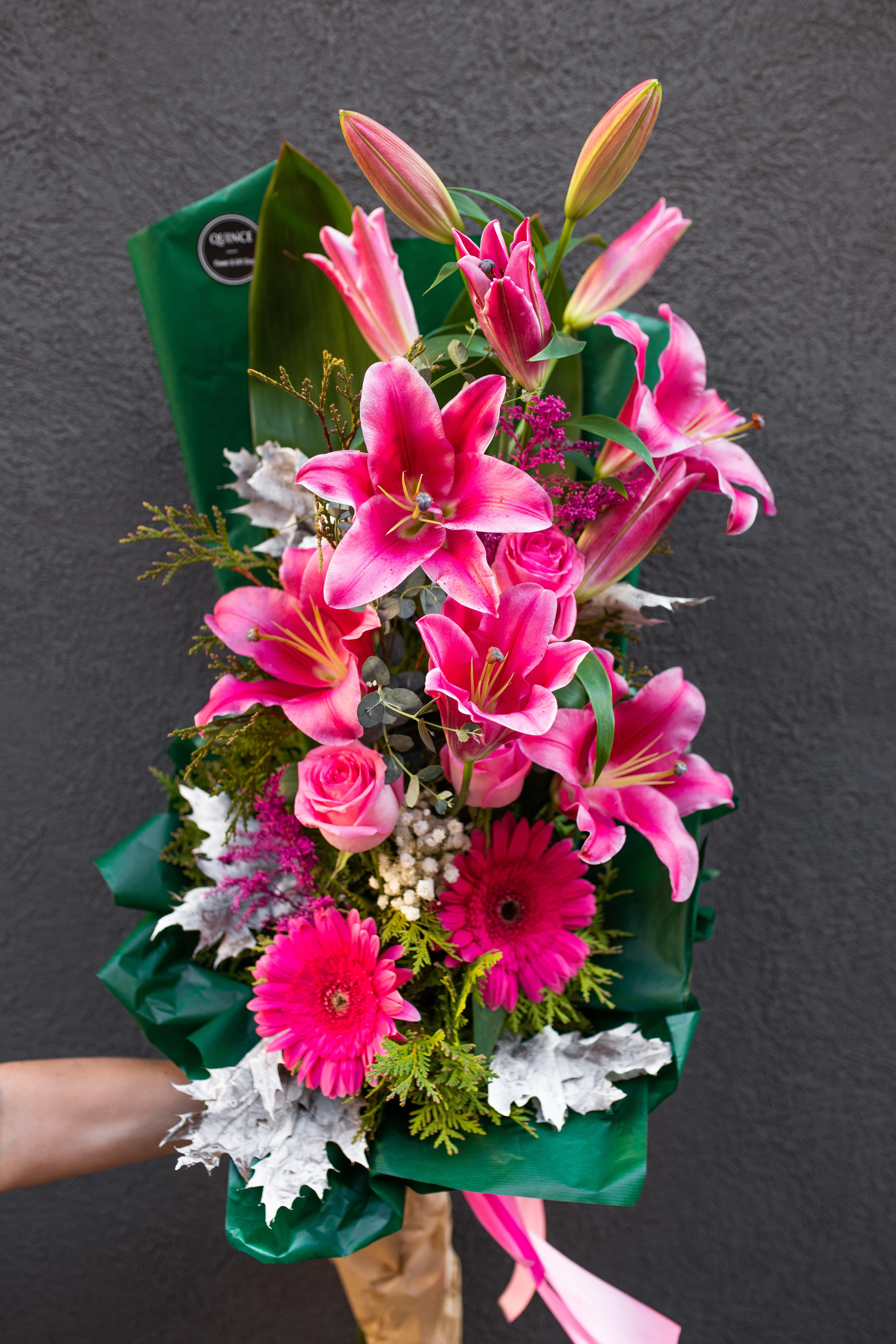Cvetni aranžman orjentalni ljiljani i ruže sa gerberima