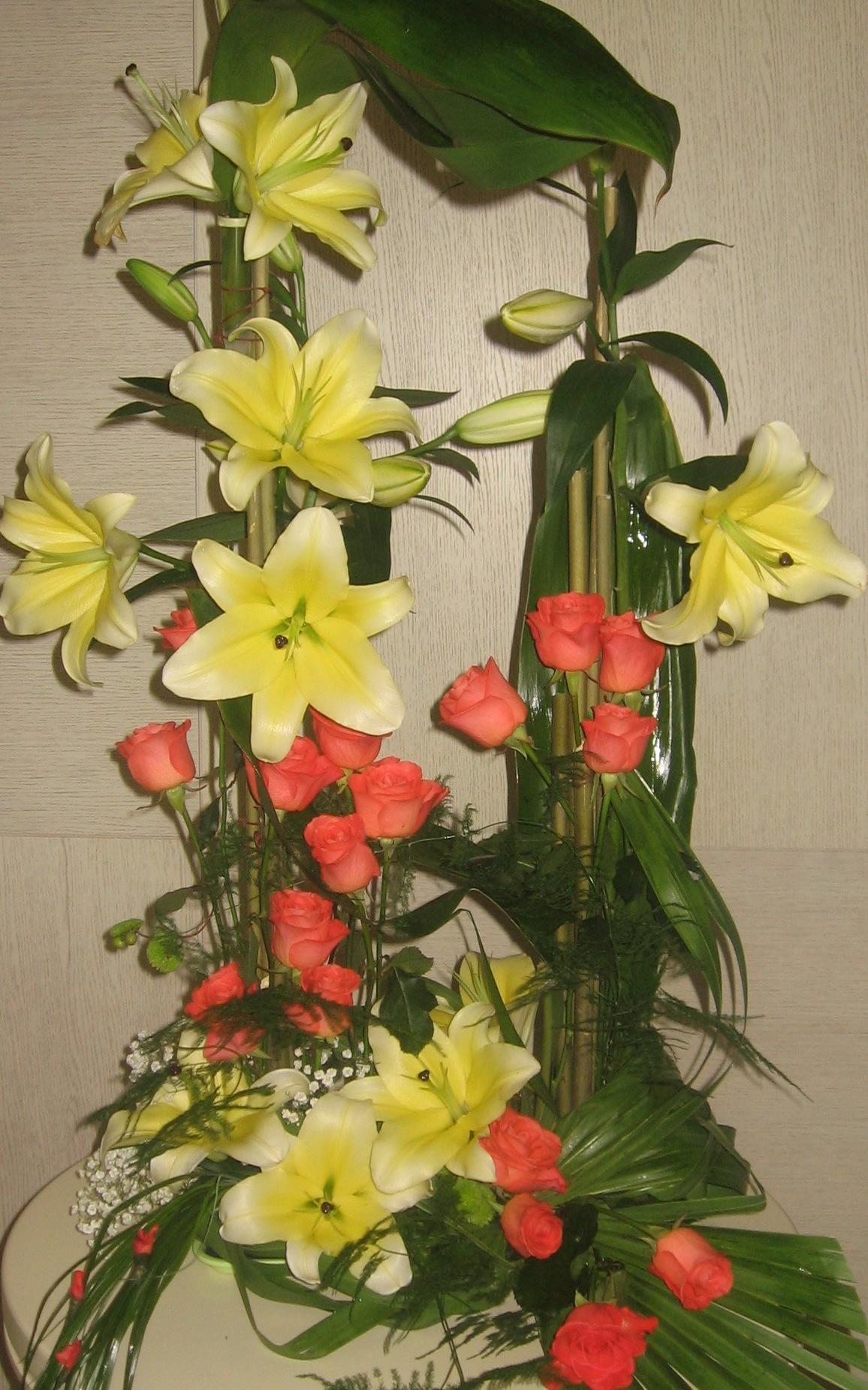 Cvetni aranžman sa ljiljanima i crvenim ružama