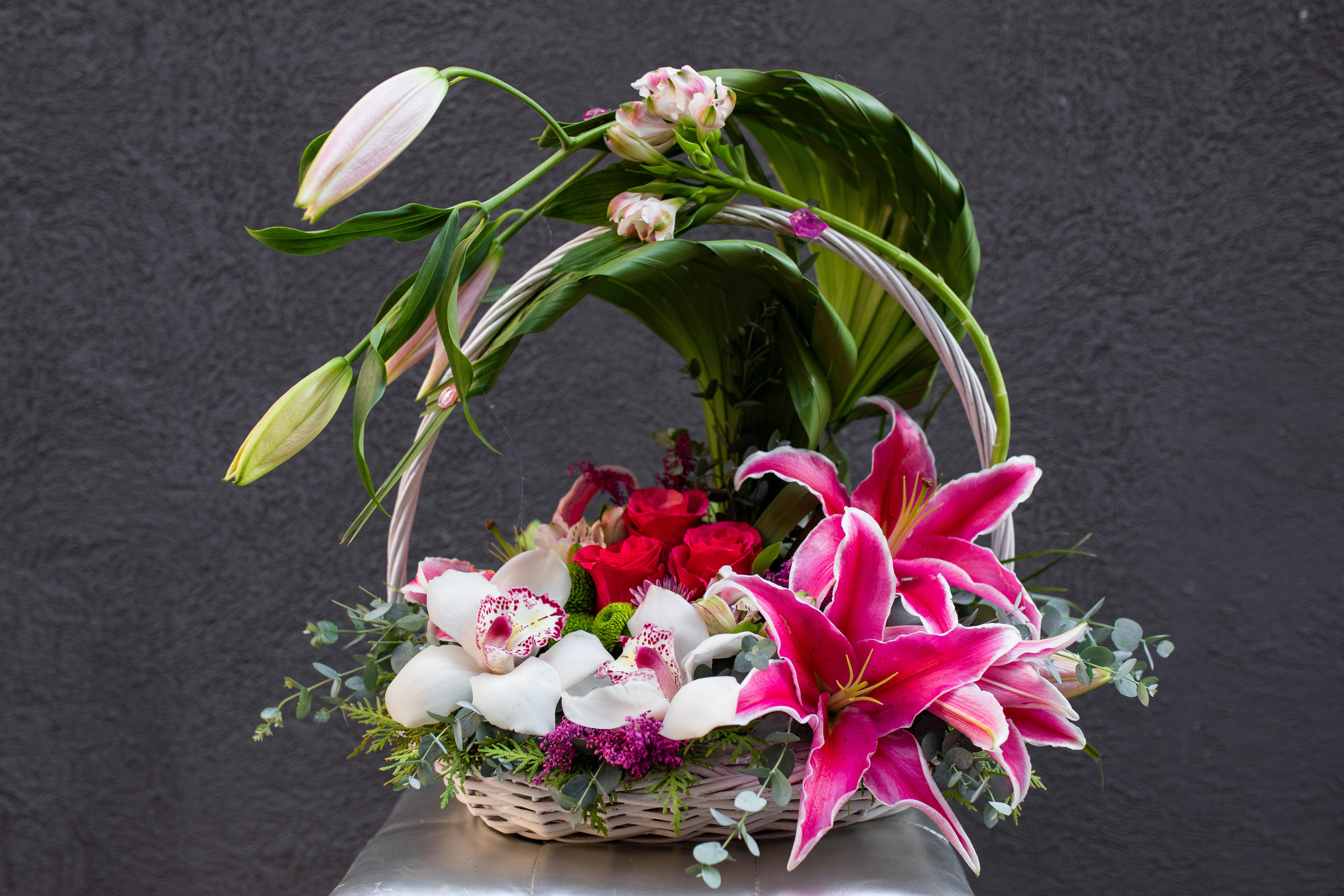 Cvetni aranžman sa orjentalnim ljiljanom i orhidejama