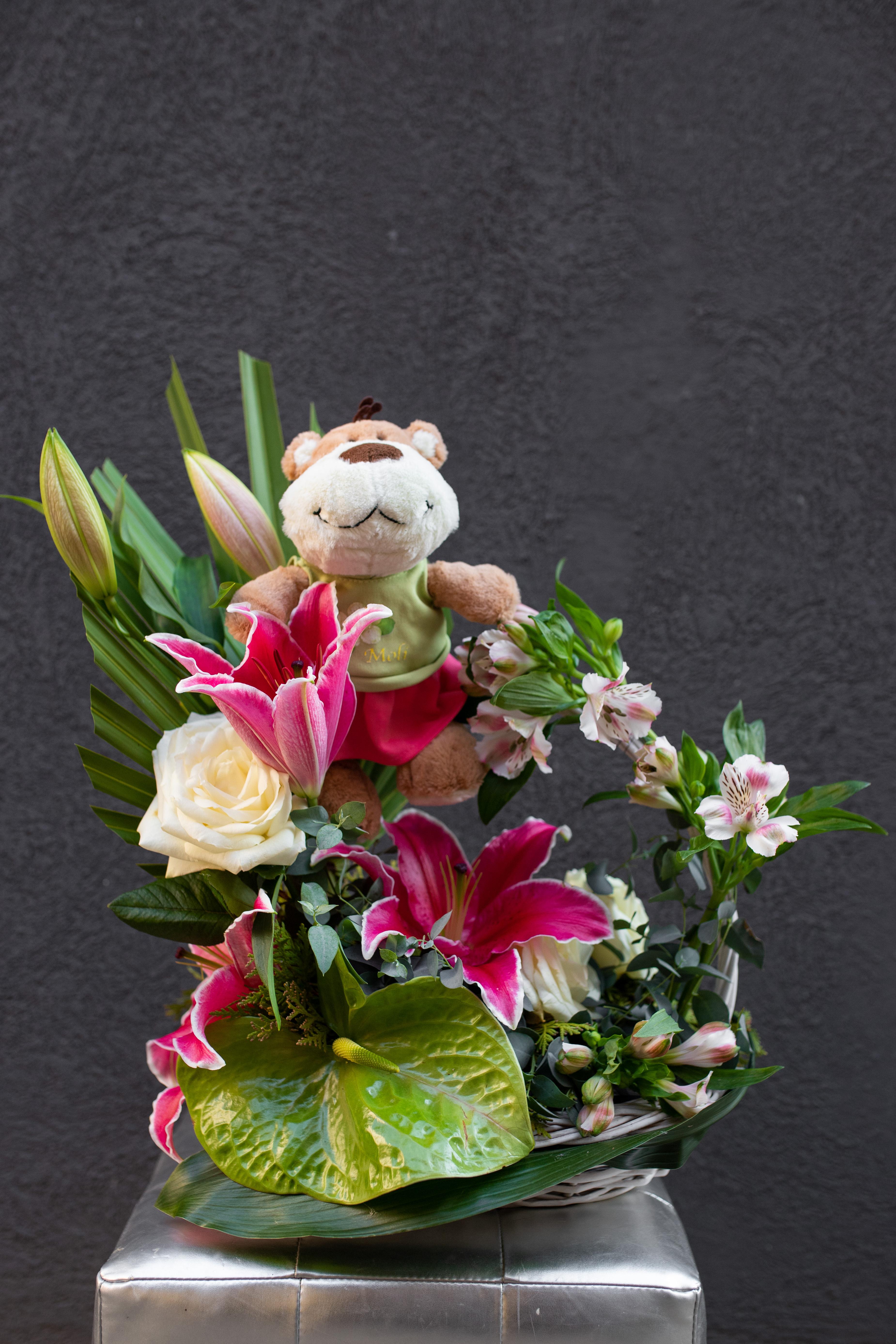 Cvetni aranžman sa plišanim medom