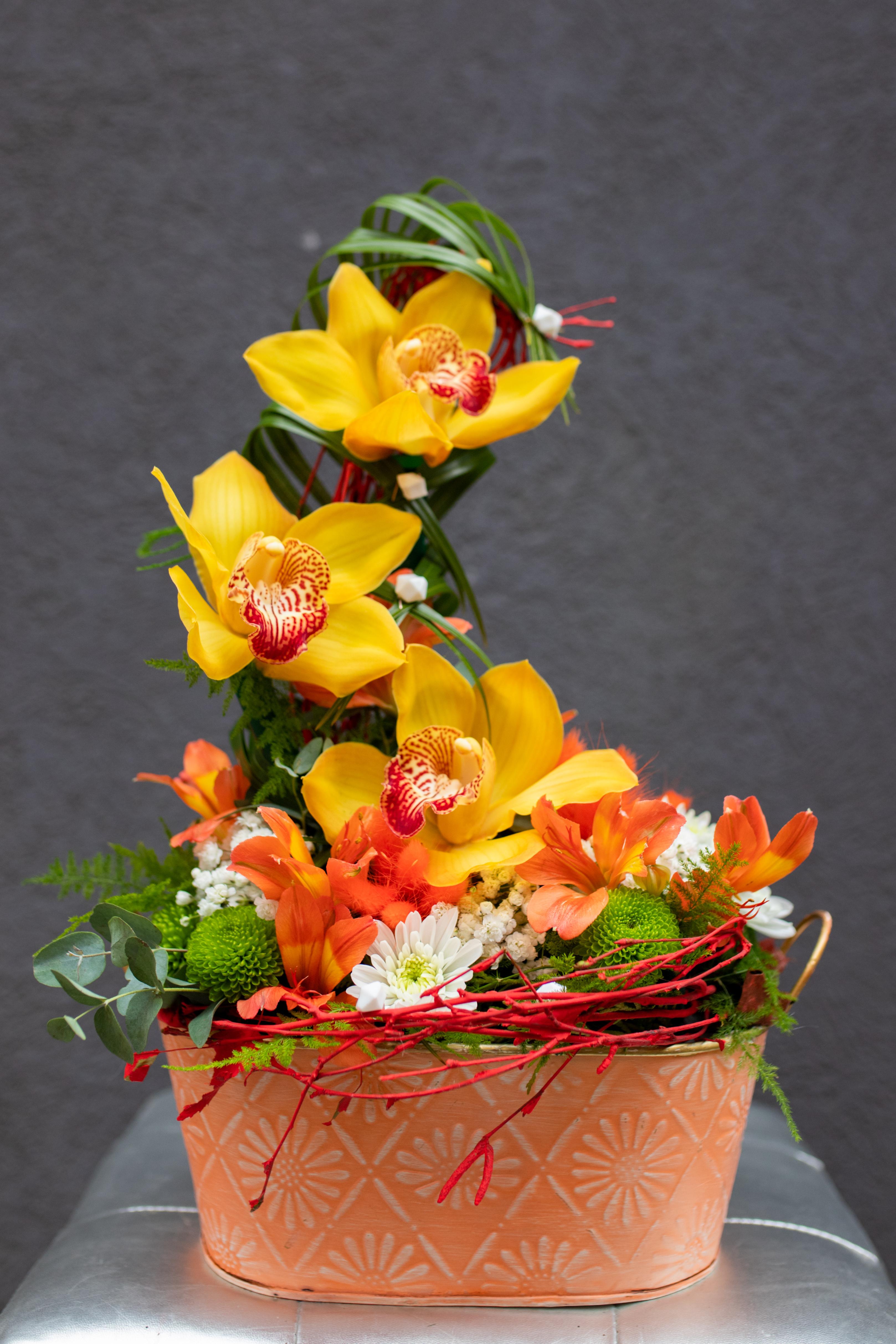 Cvetni aranžman tri orhideje