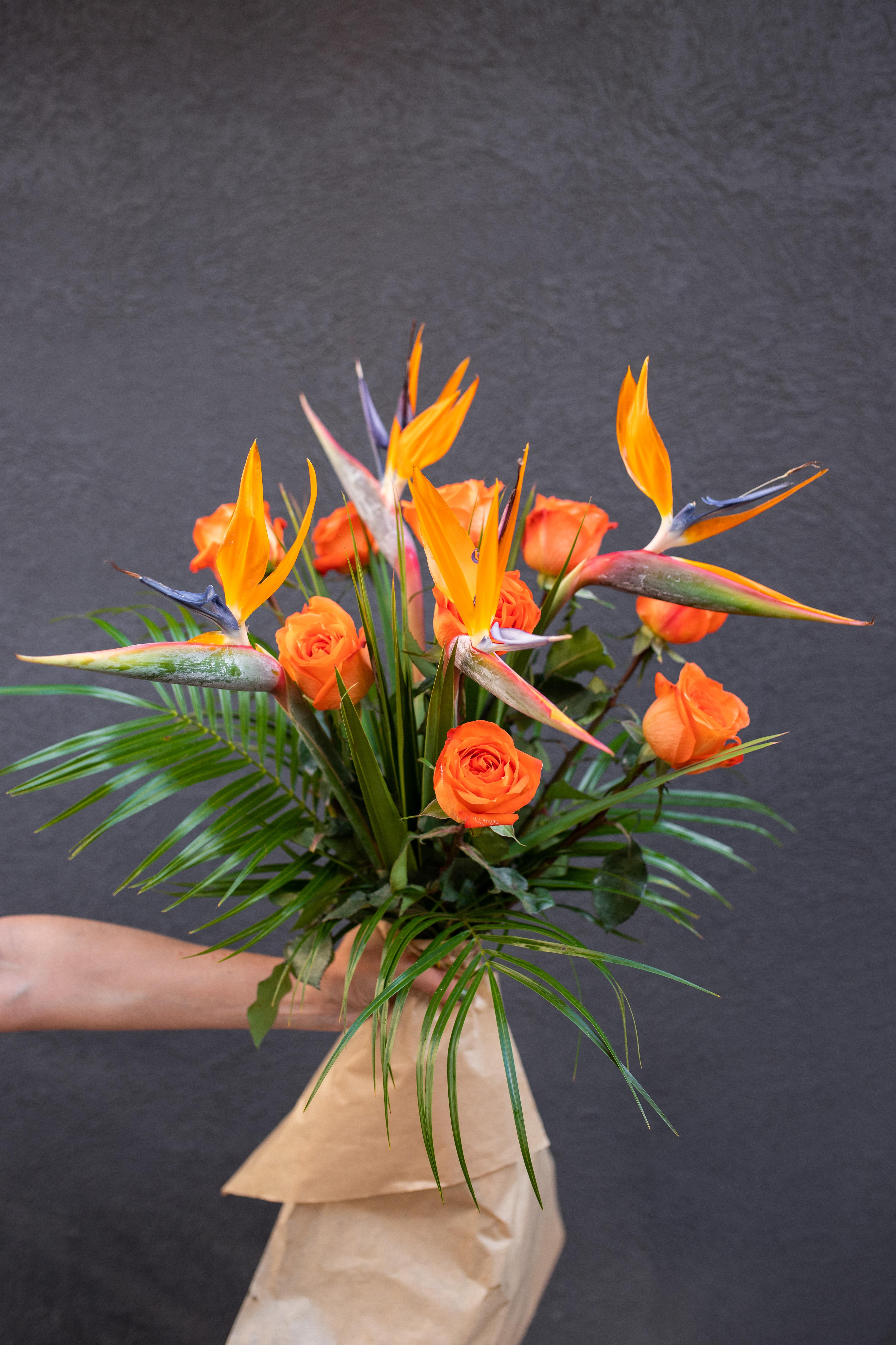 Cvetni aranzman strelicija i ruže