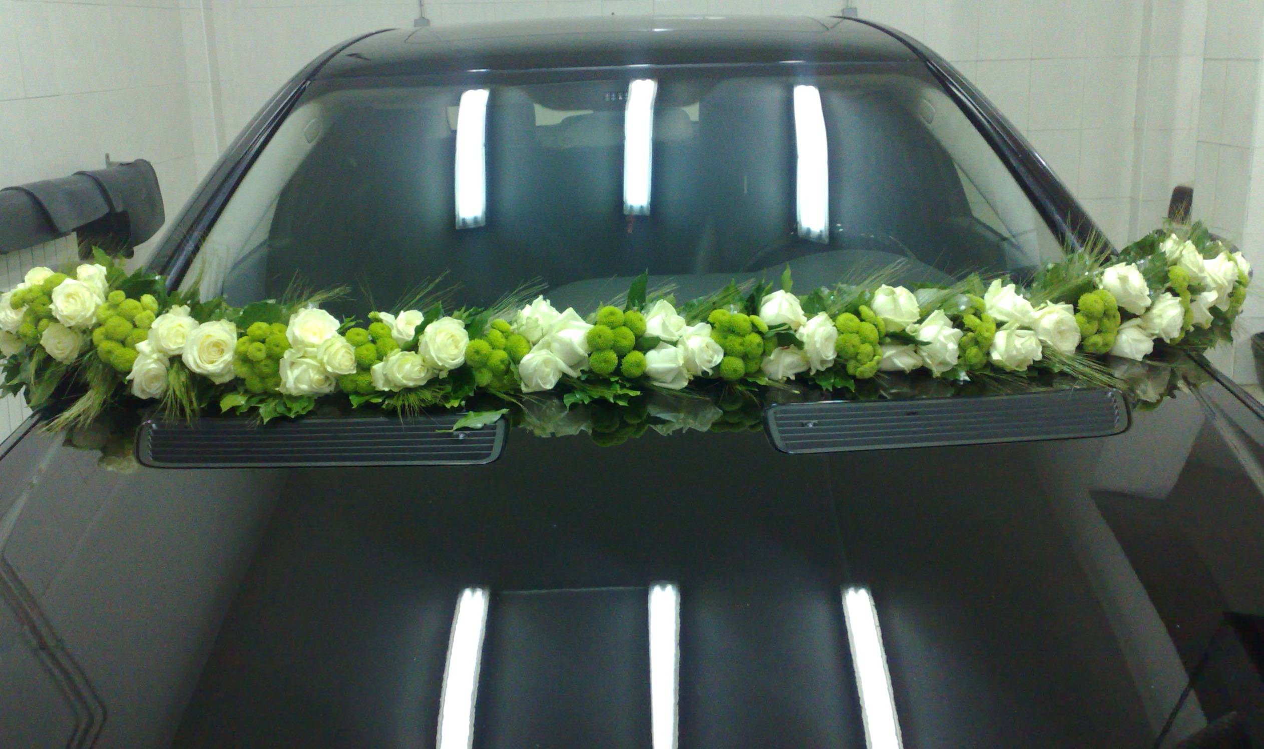 Venčić za auto 39 belih ruža i zelena hrizantema