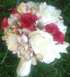 Bidermajer belo roze ruže i alstromerije