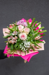 Buket sa roze cvećem