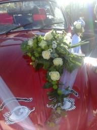 Cvetni aranžman bele ruže i zelene hrizanteme