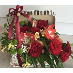 Cvetni aranžman crvene ruže i amarilis u ukrasnoj kutiji
