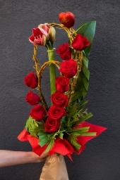Cvetni aranžman sa crvenim ružama i amarilisom