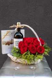 Cvetni aranžman sa crvenim ružama - gift sa picem i bombonjerom