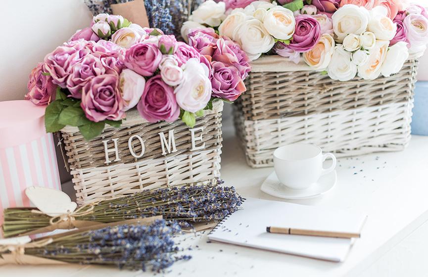Cvetni aranžmani od ružičastih ruža u korpi